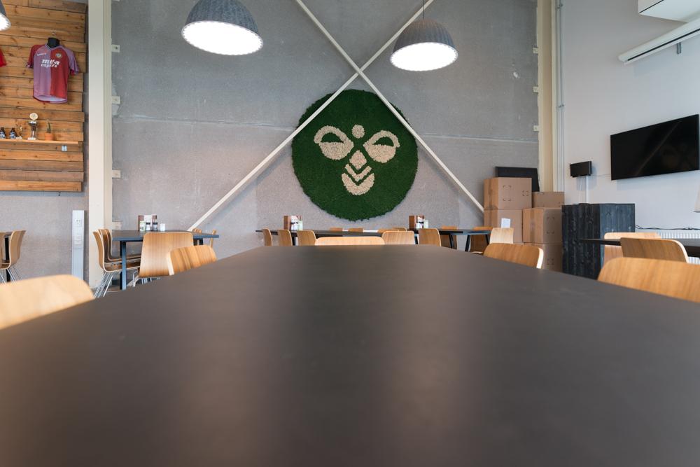 firma logo i grønt mos,