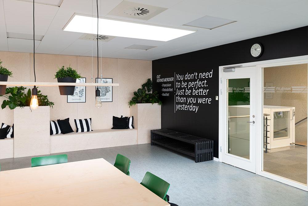 sort væg med citat, planter, Ole Larsen