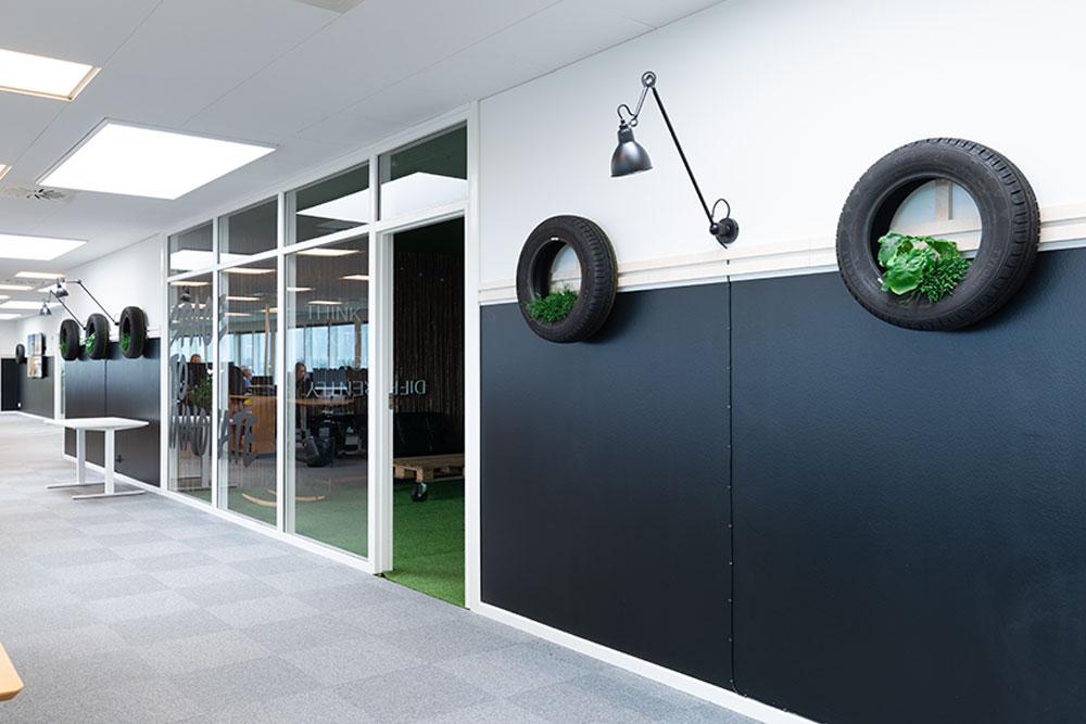 tema indretning, små grønne planter, lamper på væg, Ole Larsen